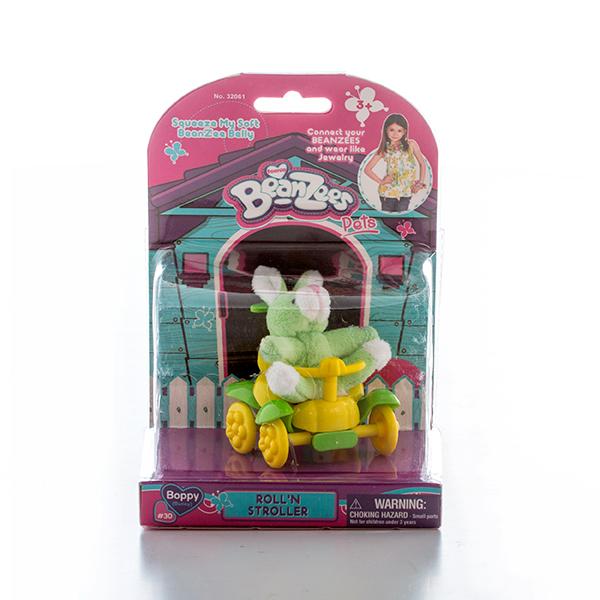 Beanzeez Игровой набор плюшевый Зайчик в каталкеОтличный мини набор, включающий миниатюрную плюшевую игрушку и аксессуар, отличный подарок для девочки. В яркой красочной упаковке блистерного типа Вы найдете симпатичного зайчика по имени Боппи и её желто-зелёную четырехколесную каталку.Крошечные питомцы Beanzees – обитатели волшебного леса Бинзилэнд, в котором всегда ярко сияет солнышко и цветут цветы. Всего эта серия игрушек насчитывает более 50 различных персонажей! С ними можно играть, их можно коллекционировать, соединять между собой с помощью липучек на лапках и носить как ожерелья и браслеты, а кроме того они являются замечательным антистрессом, поскольку их набивка состоит из маленьких округлых гранулок, которые делают игрушку очень приятной на ощупь!Размер игрушки составляет около 5 см. Внешний вид упаковки может немного отличаться от фото, представленного на сайте.<br>