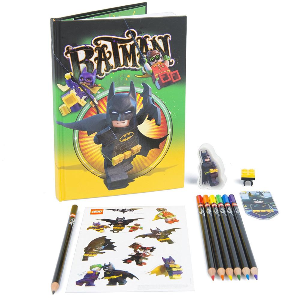 51749 Набор канцелярских принадлежностей Lego Batman Movie (12 шт. в комплекте)Набор канцелярских принадлежностей LEGO Batman Movie содержит все необходимое для полезных и увлекательных занятий. В комплекте вы найдете несколько цветных карандашей, записную книжку, наклейки, фигурку Бэтмена и многое другое. Набор может быть использован во время учебы в школе или для личных записей и рисунков. Яркое и красочное оформление всех элементов придется по душе каждому маленькому поклоннику Бэтмена.МатериалыКнига для записей и наклейки изготавливаются из качественной и надежной бумаги, которая отлично сопротивляется случайным повреждениям и другим негативным внешним воздействиям. Специальный клеящий состав наклеек позволяет наносить их практически на любую поверхность. Они хорошо подойдут для украшения тетрадей, блокнотов или других личных вещей вашего ребенка.Заказ и оплата покупки        Вы можете заказать Набор канцелярских принадлежностей LEGO Batman Movie, оформив заказ через наш сайт или придя лично в один из розничных магазинов. Благодаря удобным формам оплаты и быстрой доставке процесс покупки не доставит вам никаких хлопот.<br>