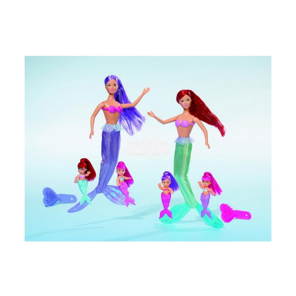 Штеффи-русалкаКукла-русалка Штеффи не скучает в своих подводных глубинах, потому что воспитывает двух очаровательных русалочек-близняшек. В набор входит одна большая кукла в традиционном русалочьем купальничке и с длинным хвостом, а также две маленькие куколки, которые тоже имеют рыбьи хвостики. Вся семейка создана в одном стиле, девочки являются близняшками, но различаются цветом волос и хвоста. У кукол длинные, цветные и качественные волосы. Чтобы за ними ухаживать, в комплект также входит расческа в виде сердечка.<br>