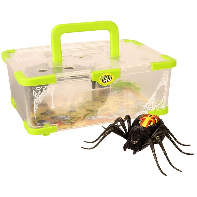 Интерактивная игрушка Логово паука (со световыми и звуковыми эффектами)Интерактивная игрушка Wild Pets «Логово паука» включает в себя не только пластиковый контейнер, оборудованный удобной ручкой для переноски, но и самого паука. Он выполнен в черном цвете, а на его спине красуются красно-желтые узоры. Как и все прочие пауки этой серии, игрушка поддерживает 3 режима игры. В первом она пытается защититься и кружит по комнате в поисках убежища, чтобы спрятаться. Второй режим — исследовательский. Паук ходит по доступной ему местности и изучает ее. В третьем режиме он демонстрирует хищнические инстинкты. В это время паук способен нападать на различные предметы и быстро бегать.Возраст: от 5 летДля мальчиковЦвет: черный (паук), прозрачный с зеленым (логово).Комплектация: интерактивный паук, логово-контейнер.Наличие батареек:  входят в комплект.Тип батареек: 3 х AG13 / LR44 (миниатюрные).Материалы: пластик, текстиль, металл.Размер упаковки: 27 x 19.5 x 18 см.<br>