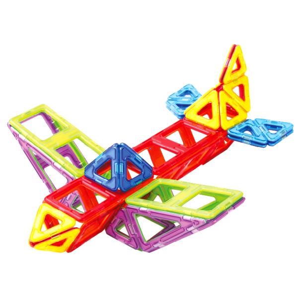 Магнитный конструктор Magformers Smart set 144 деталиНабор «Magformers Smart Set» состоит из 144 элементов. Такое количество деталей предоставляет огромный спектр возможностей по созданию всего того, на что способна фантазия Вашего малыша — от простых построек детишек помладше до сложнейших больших конструкций ребят более старшего возраста. В составе данного набора много стандартных базовых деталей — треугольников и квадратов. Уже только с их помощью вы сможете делать шары, башни, домики, замки... А уж если добавить остальные имеющиеся детали, то возможности Magformers становятся практически безграничными! Платформы с колесами, входящие в состав набора, позволяют собирать различные машины. Вставки в квадраты предназначены для украшения построек, и, заодно, могут помочь Вашему ребенку изучить счет. А также с их помощью полые постройки могут обрести стены. Также в этот набор входят суперквадраты и супертреугольники, которые так любят дети. Они по размеру в 4 раза превышают обычные, и постройки с их использованием сразу делаются масштабнее и грандиознее! Как всегда, элементы любых наборов Magformers совместимы друг с другом, а значит — ваш арсенал магнитных деталей всегда можно пополнить. «Magformers Smart Set» станет прекрасным подарком Вашему ребенку вне зависимости от того, первое ли это знакомство с Magformers или продолжение!<br>