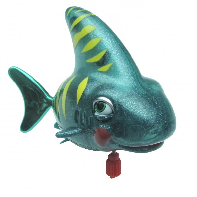 Акула СеймурАкула Сеймур – это милая заводная игрушка, которая непременно станет одной из любимых и будет дарить радость вашему малышу. Чтобы привести ее в движение, заведите при помощи механического ключа, опустите игрушку в воду и смело наблюдайте за тем, как тигровая акула начнет самостоятельно плавать, забавно хлопая глазками. Она станет настоящим другом вашего малыша, превратив купание в еще более веселое занятие. Выполненная из цветного пластика, она отлично влияет на цветовое восприятие ребенка, внимание и мелкую моторику.  Полупрозрачный материал позволяет наблюдать за каждым движением доброй хищницы. Игрушка обязательно позабавит не только детей, но и взрослых. Акула Сеймур на механическом заводе рекомендована детям от 3 лет.<br>