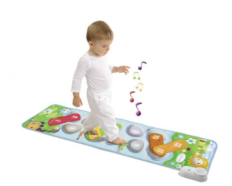 Музыкальный коврик СotoonsЭтот музыкальный коврик даст малышу сразу две увлекательных игры с забавными мелодиями! В одной игре малыш сможет запоминать ноты и создавать мелодии, наступая на разные картинки на коврике. Во второй игре ребенку нужно аккуратно пройтись по камешкам, нарисованным коврике. Когда малыш шагнет неправильно он услышит определенный звуковой сигнал. Музыкальный коврик очень прост в использовании, его можно свернуть и спрятать при необходимости.<br>