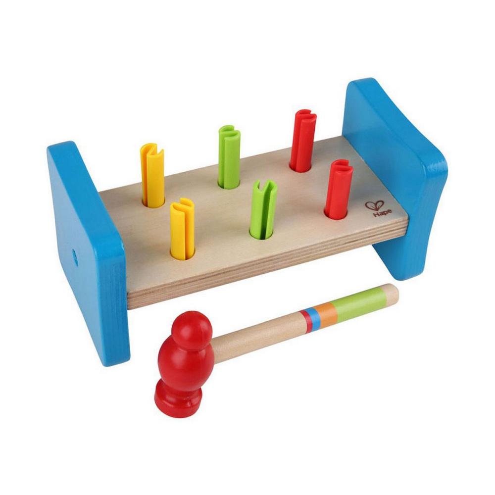 Hape Игрушка развивающая деревянная Гвоздики Е0503Развивающая игрушка Hape Гвоздики представляет собой деревянную дощечку с отверстиями, в которые вставлены разноцветные гвоздики. С помощью молотка, входящего в комплект, ребенок может забить все гвоздики, затем перевернуть дощечку и продолжить это увлекательное занятие. Яркая игрушка Деревянные молоточки поможет ребенку в развитии пространственного мышления, цветовосприятия, ловкости и координации движений, а также научит различать фигуры.<br>