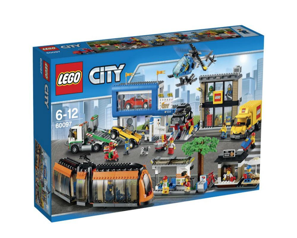 Конструктор Lego City Городская площадьНа городской площади шум и суета! Оставь свой велосипед возле уютной кофейни, прыгай на борт классного новостного вертолета и поднимайся в воздух на высоту птичьего полета. Когда закончишь с полётами, загляни в магазин LEGO, куда только что доставили новые наборы. Помоги водителю выгрузить коробки, положи их на тележку и отвези в магазин. После этого оцени классные автомобили, вставленные для продажи в дилерских салонах. Помоги механику управлять автомобильным подъемником и установить новый набор спортивных легкосплавных дисков. Самое время купить хот-дог и газету для поездки домой, но направляясь к трамвайной остановке, следи за доставщиком пиццы, который мчится на своем скоростном скутере! Закрепи велосипед в стойке, займи место и наблюдай, что происходит вокруг, путешествуя по улицам LEGO City. Какой захватывающий день! В набор входят 12 минифигурок с разнообразными аксессуарами: водитель трамвая, пилот вертолёта, продавщица кофейни, доставщик пиццы, продавщица автомобилей, механик, водитель автоэвакуатора, продавец хот-догов, продавец LEGO, водитель доставки LEGO, девочка и мальчик. В набор также включены 2 фигурки магазина LEGO.<br>