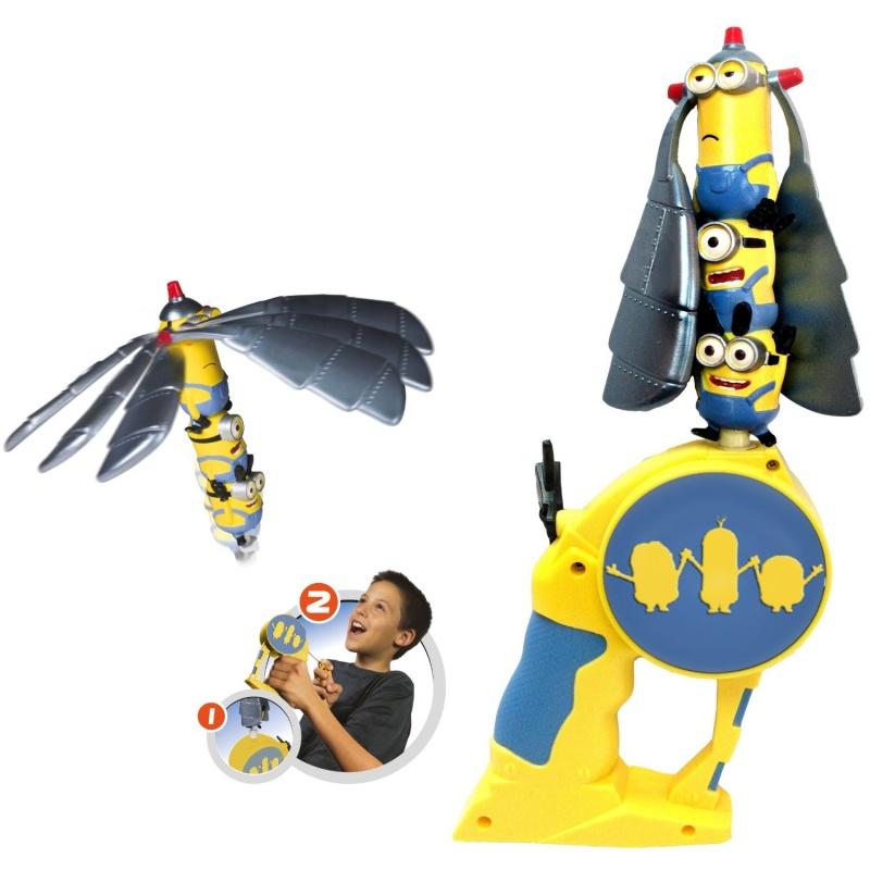 Minions Летающий герой в наборе с запускающим устройством, 17,5х7х30смНабор Летающий герой от компании Bandai не оставит равнодушным любого поклонника этого легендарного супер героя. Он включает в себя уникальную фигурку , которую можно запустить в воздух, а также специальное устройство для запуска. Дерните за колечко - и вы понаблюдаете, как фигурка супергероя быстро взлетит и будет планировать в воздухе!Летающий герой Бэтмен является отличным атребутом для игр на открытом воздухе! Он станет надежным спутником вашего ребенка во время прогулки, и подарит ему массу удовольствия и положительных эмоций во время игры!<br>
