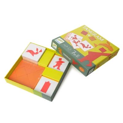 Настольная игра ТанграмНастольная игра Танграм от бренда Djeco - это увлекательная интеллектуальная игра, которая позволяет развить логическое мышление ребенка. В комплекте имеются 2 набора фигур по 7 деталей, легко складывающихся в квадрат, а также 8 карточек-подсказок с заданиями. Известная многим поколениям детей игра-головоломка развивает логику, образное мышление и комбинаторные способности ребенка.Танграм с китайского языка переводится как семь ступеней мастерства. Состроит танграм из 7 деталей, из которых нужно составлять более сложные фигуры. Основными правилами является необходимость использования всех семи фигурок, а также невозможность наложения одних деталей на другие.<br>
