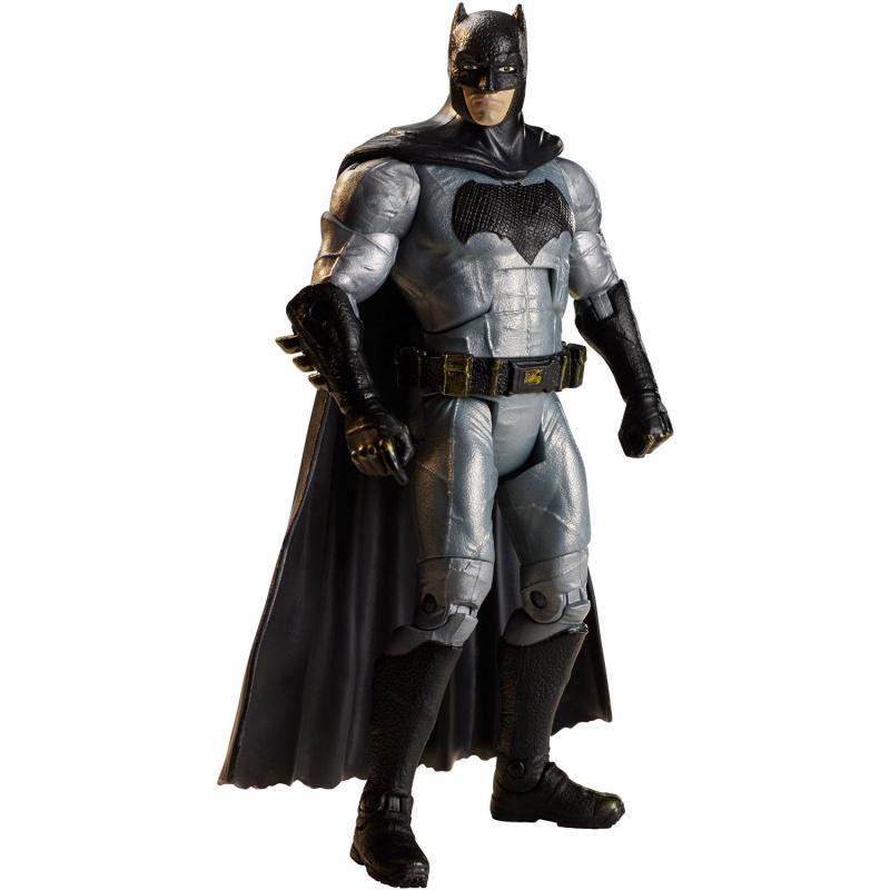 Фигурка DC Comics Отряд самоубийц - Бэтмен, 15 смФигурка Бэтмена из серии DC Comics от компании-производителя Mattel представляет собой точную копию знаменитого персонажа из боевика с комедийными элементами Отряд самоубийц, вышедшего в 2016 году.Пятнадцатисантиметровый Batman выглядит весьма реалистично и ничем не уступает своему кинематографическому прототипу: он одет в длинный черный плащ особой конструкции, позволяющей ему летать, лицо закрыто черной маской с небольшими ушами, очертания которых схожи с ушками летучей мыши, талию опоясывает специальный пояс для оружия и необходимых приспособлений, а на груди костюма нашита неизменная эмблема.Фигурка изготовлена из высококачественного пластика и имеет несколько точек артикуляции, благодаря которым Бэтмену можно придавать различные супергеройские позы, а для полноты игрового процесса в комплект входят съемные аксессуары - с ними разыгрывать разнообразные игровые сценарии станет намного интересней и увлекательней.<br>