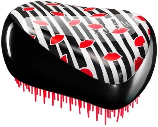 Расческа Tangle Teezer губыБританский специалист по волосам Шон Палфри создал Tangle Teezer специально для расчёсывания мокрых, сильно путающихся, очень густых или кудрявых волос. Инновационная технология заключается в расположенных особым образом гибких зубцов расчески, позволяющих минимизировать ущерб при расчесывании, благодаря этому кончики не обламываются, меньше секутся и дольше не запутываются.<br>