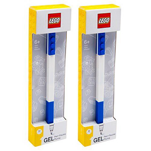 Гелевая ручка Lego (цвет синий)Гелевая ручка Лего выполнена в фирменном стиле знаменитого конструктора: она имеет квадратную форму и украшена деталями, при помощи которых ручки этой коллекции можно соединять между собой. Корпус выполнен из пластика. Резиновая манжетка облегчает процесс письма, снижая напряжение руки. Ручка с тонким стержнем подходит для письма, рисования и раскрашивания. Синие гелевые чернила быстро высыхают, не размазываются по бумаге. В комплекте одна ручка, упакованная в картонную коробку с логотипом конструктора. Гелевая ручка LEGO предназначена для детей старше 6 лет.<br>