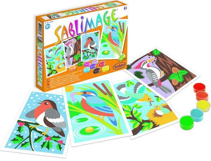 Песочные картинки Sentosphere ПтицыПесочные картинки Птицы - это прекрасное развлечение для малыша. Процесс превращения рисунка совы, снегиря или другой птички в яркую, сверкающую песочную картину не сложен. Стоит только взять в руки немного цветного песка и посыпать его на клейкий участок картинки. Руководствуясь инструкцией или сочетая цвета по собственному усмотрению, ребенок будет заполнять контуры рисунка. И постепенно проявится удивительная и оригинальная картинка.<br>