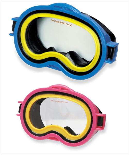 Маска для плавания Sea Scan Swim MasksМаска для плавания Sea Scan Swim Masks позволит вашему малышу познакомиться с морским дном! Маска отлично защищает глаза и плотно прилегает к голове, благодаря широкой ленте из эластичного ПВХ. Окуляр сделан не из стекла, а из поликарбоната, что обеспечивает дополнительную безопасность. Маска имеет резиновый ремешок, который легко регулируется.Внимание! Цвет маски варьируется и может отличаться от цвета на фотографиях. Цена указана за 1 маску.<br>