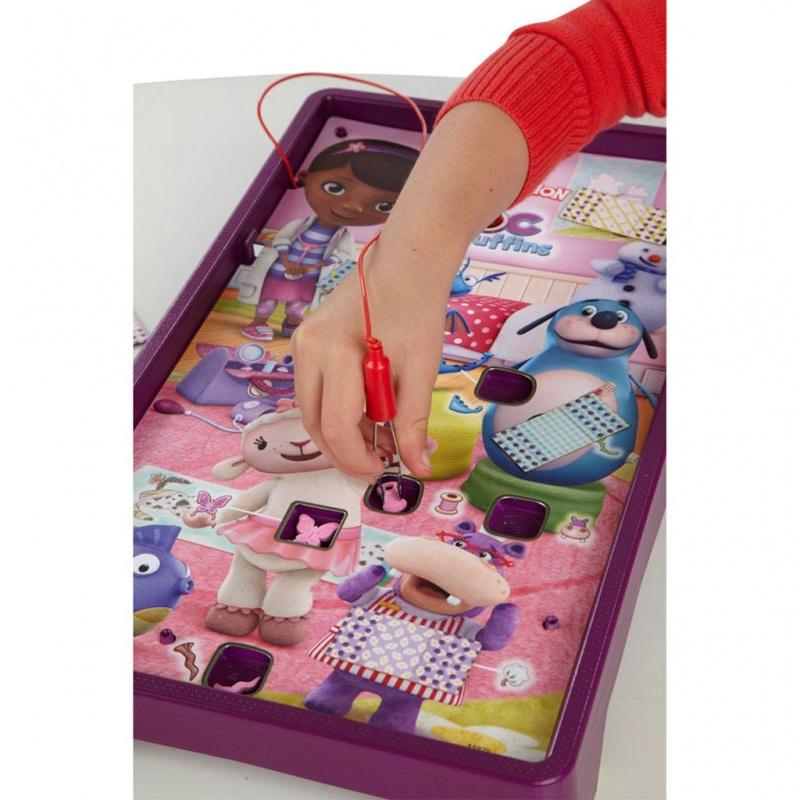 Игра настольная Операция. Доктор Плюшева«Операция. Доктор Плюшева» — замечательная настольная игра для детей старше четырех лет. Теперь и ваш ребенок сможет помогать любимому герою мультсериала лечить плюшевых пациентов.Смысл игры заключается в том, чтобы вылечить маленьких друзей доктора Плюшевой. На игровом поле размещены герои мультфильма, малышу необходимо с помощью специального пинцета аккуратно, избегая звукового сигнала, извлечь деталь из фигурки, а потом на место раны наложить пластырь.Простая, но в тоже время забавная и увлекательная игра заинтересует детей и доставит им много радости и веселья.Развитие навыков. Игра способствует развитию логического мышления, внимания, наблюдательности, сообразительности, ловкости, аккуратности и терпения.Батарейки 2 шт. типа AA/LR6.В комплекте:9 пластиковых болезней розового цвета;10 картонных пластырей;игровое поле с героями мультфильма;отсек для хранения мелких деталей и пинцета;правила игры.<br>
