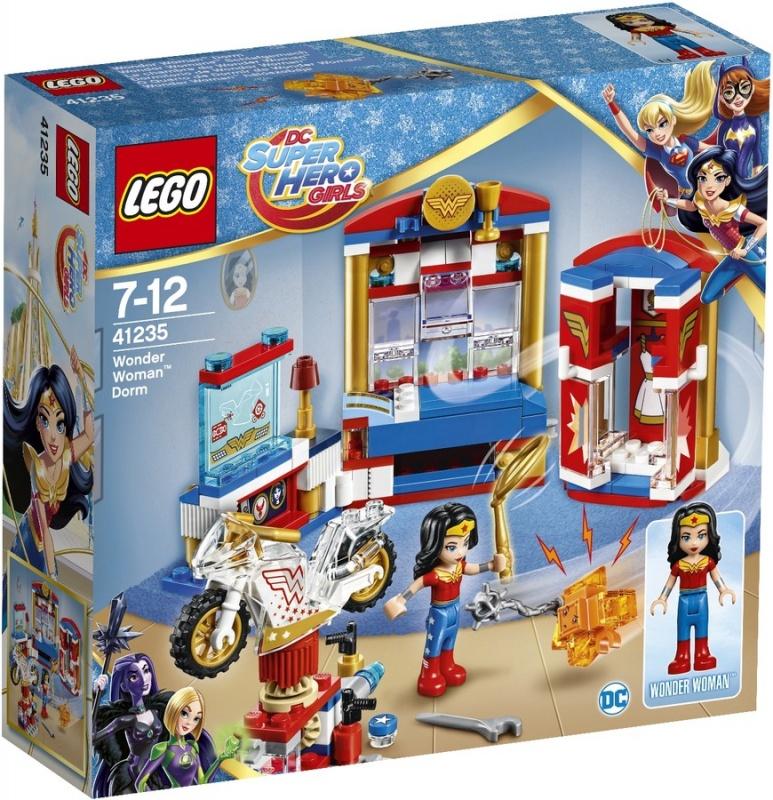 Конструктор Lego DC Super Hero Girls Дом Чудо-женщиныПосле уроков помоги Чудо-женщине починить её невидимый мотоцикл. Будь осторожна! Противный маленький Криптомит забрался в шкаф и хочет стянуть золотое лассо Чудо-женщины. Быстрее, закрой дверцы шкафа! Попался! Держись от вещей Чудо-женщины подальше!Информация о набореАртикул: 41235Производитель: LEGOКол-во деталей: 186Фигурок: 1Год выпуска: 2017<br>
