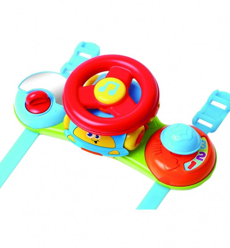 Игрушка музыкальная 2 в 1 Маленький водительМузыкальная игрушка 2 в 1 «Маленький водитель» - это одновременно игровая панель на коляску и симпатичная машинка со съемным рулем на крыше. Довольно компактные размеры игровой панели никак не влияют на ее функционал: здесь есть и руль, и ключ зажигания, и переключатель скоростей, и безопасное зеркало, и трещотка. Если вы нажмете на кнопку в центре руля, зазвучит веселая музыка. Вы можете отделить машинку с рулем на крыше, и катать автомобиль отдельно. Кроме того, руль можно снять с крыши авто. С помощью пластиковых ремней панель можно закрепить как на коляске, так и на автокресле. Внимание: для работы игрушки вам потребуется 2 батарейки типа LR44. Они входят в комплект.<br>
