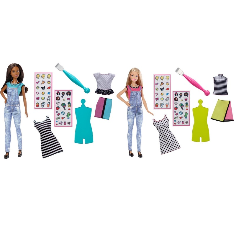 Игровой набор Барби: Emoji Style - Кукла с одеждой и аксессуарамиИгровой набор Барби Эмодзи - это прекрасный подарок для девочек от 5 лет. В набор входят симпатичная кукла с длинными волосами, несколько предметов одежды, коллекция из 40 стикеров, а также лопаточка для их закрепления.Можно одевать куколку в различные наряды, а затем наклеивать на них стикеры по настроению. Наклейки содержат изображения различных аксессуаров, фруктов, предметов и смайликов, каждый из которых выражает определенные эмоции. Девочки могут разыгрывать различные сюжеты в зависимости от наряда и стикеров.Кукла изготовлена из прочного нетоксичного пластика, безопасного для детей.<br>