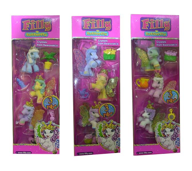 Игровой набор из трех фигурок с аксессуарами Filly Butterfly GlitterВ набор входят три фигурки лошадок из серии Filly Butterfly Glitter, аксессуары, которые помогут воссоздать окружающий лошадок волшебный мир, карточки персонажей и буклет с описанием всей коллекции. У лошадок есть прелестные усики как у бабочек и сверкающие крылышки, а также короны с настоящими кристаллами Сваровски. Каждая из них имеет свой неповторимый окрас, имя и личную историю. По орнаменту на крыльях можно определить семейство, к которому принадлежит лошадка: Вода, Солнечный Свет, Листья, Сердца или Цветы. Фигурки покрыты бархатистым, приятным на ощупь материалом.Внимание! Товар представлен в ассортименте без возможности выбора. Вид персонажей в наборе может отличаться от изображения на фото.Возраст: от 3 летДля девочекКомплектация: 3 фигурки, 3 карточки персонажей, аксессуары, буклет коллекционера.Материалы: пластик, флок.Размер упаковки: 9 х 5 х 25 см.Размер фигурки: 5 см.<br>
