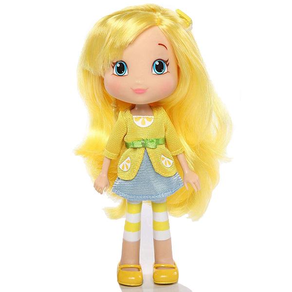 Кукла Лимона, 15 см.Лимона - одна из героинь популярного среди девочек мультсериала Strawberry Shortcake (Шарлотта Земляничка). Как и ее подружки, она живет в Ягодном городке и является владелицей салона красоты. У куклы Лимоны яркая внешность - красивые голубые глаза, розовые щечки и длинные мягкие волосы, которые можно расчесывать и заплетать в косички, создавать причудливые прически. На ней надет ее привычный наряд - легкая голубая юбка и желтая кофта, опоясанная бантиком. На ногах у нее забавные желтые сандалики и полосатые гетры. Кукла выполнена из высококачественного пластика, красители не содержат токсичных веществ.<br>
