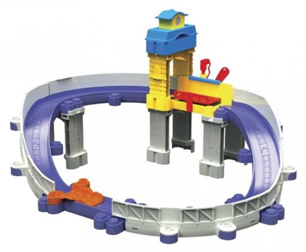 Паровозик Chuggington. Die-Cast, Ремонтная станцияИгровой набор Ремонтная станция Chuggington включает в себя красный паровозик Уилсон и трек с разрушенным участком дороги. После того, как Уилсон проехался по такой дороге, ему срочно нужен ремонт. Ремонтная станция ему поможет в этом, и он будет как новенький. Участки трека совместимы с другими наборами Чаггингтон, и ваш ребенок сможет собрать целый городок с веселыми жителями-паровозиками! Игровой набор Ремонтная станцияВ наборе:7 элементов треков железной дороги Чаггингтон;4 боковых стенки для треков;4 вертикальных стойки для поддержки треков;1 ремонтная станция;1 трудный и грязный участок дороги;1 станционная башня;1 паровозик Уилсон с испачканными передними колесами и с брызгами грязи на боку.Общие характеристикиВозрастс 3 лет до 10 лет<br>