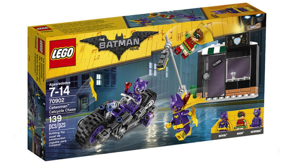 Конструктор Lego Batman Movie Погоня за Женщиной-кошкойЖенщина-кошка ограбила ювелирный магазин и пытается скрыться с места преступления на своем мотоцикле. Отправляйся вместе с Бэтгёрл и Робином ей наперерез. Но берегись кнута Женщины-кошки и не попади под падающий фонарный столб, который она сбивает своим мотоциклом. Нападай на беглянку вместе с Бэтгёрг, вооруженной бэтарангами, а Робин в это время сможет спрыгнуть с крыши магазина прямо на мотоцикл. Поймай суперзлодейку и верни драгоценности.Информация о набореАртикул: 70902Производитель: LEGOКол-во деталей: 139Фигурок: 3Год выпуска: 2017<br>