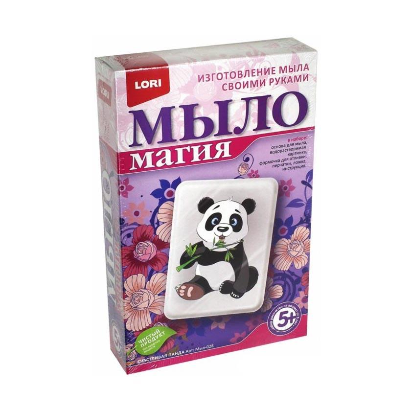 МылоМагия Счастливая пандаНабор для творчества Счастливая панда из серии МылоМагия от компании Lori содержит в себе материалы, из которых ребенок сможет приготовить оригинальное мыло с изображением черно-белого медвежонка. В наборе для мыловарения есть перчатки, которые не позволят ребенку обжечь руки во время варки и отливки мыла.<br>