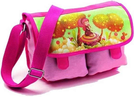 Djeco Детская сумка Сад сладостейДетская сумка Сад сладостей.Очень симпатичная и стильная сумочка розового цвета. Она украшена нежным рисунком девочки, гуляющей в саду, полном всевозможных сладостей, станет прекрасным подарком девочке. Удобный ремешок сумки регулируется, сумка застегивается на магнитики. Вашей малышке очень понравится эта сумочка.<br>