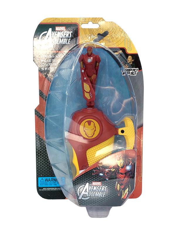 IRON MAN Летающий мини-герой в наборе с запускающим устройством, 15,8х6х27 смНесокрушимый Железный человек из серии комиксов и фильмов Мстители, стал одним из любимых героев мальчиков и может стать прекрасным дополнением коллекции игрушек ребенка в данной тематике. Фигура Iron Man выполнена из высококачественного пластика и оборудована специальным устройством с механизмом для запуска. Для того, чтобы отправить супергероя в полет, нужно установить фигурку в совместимый разъем на рукоятке и резко потянуть за специальный шнурок. Устремившись ввысь, игрушка раскручивается и эффектно вращает лопастями-руками, завораживая детей.<br>