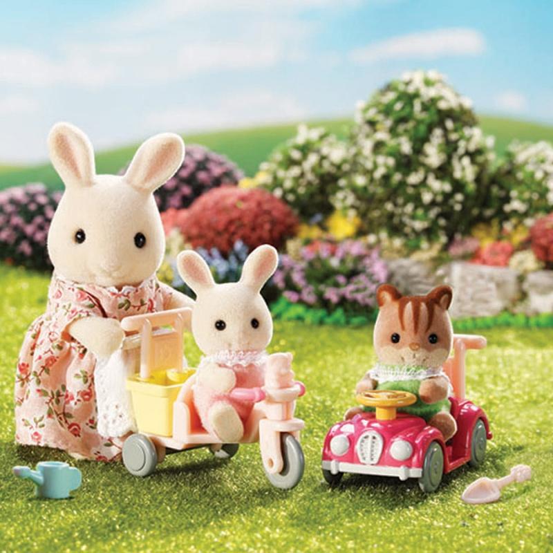 Набор Bright Starts Детская прогулкаМама кролик из набора «Детская прогулка» вышла погулять со своей дочкой и её подружкой котенком. В комплекте детский транспорт: трехколесный велосипед и машинка. В багажник велосипеда помещаются лейка и лопатка для песка. Колесики у машинки и велосипеда, а также руль подвижные.<br>