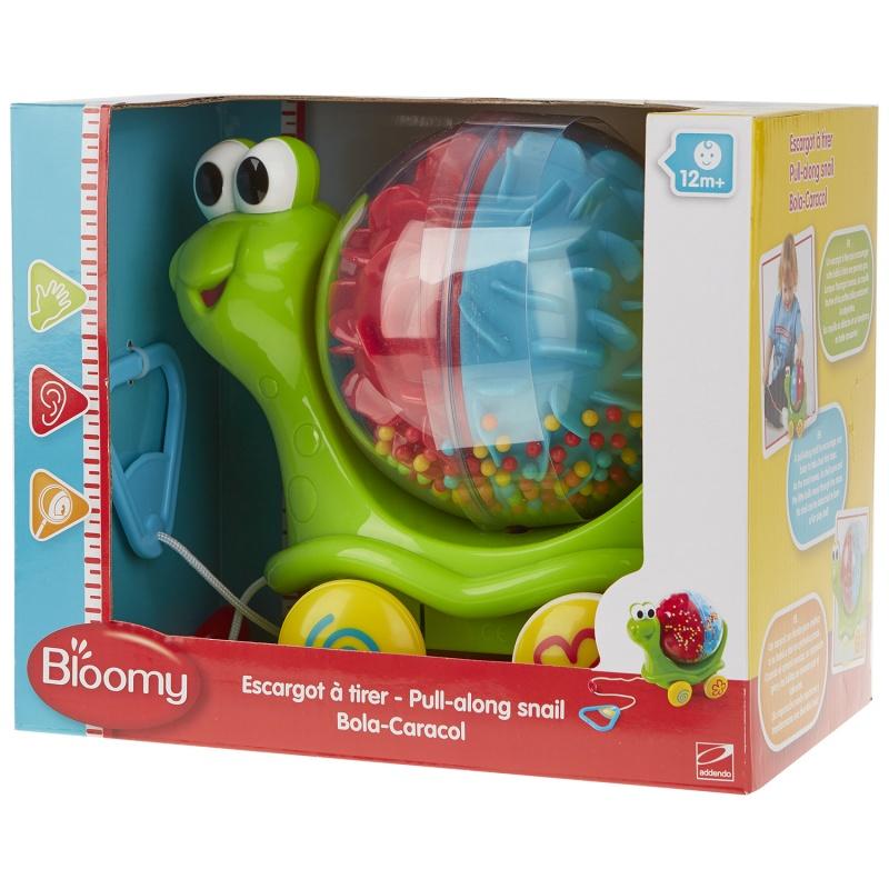 Bloomy Каталка Улитка на веревочкеЧто может быть увлекательнее для малыша, чем веселая прогулка с любимой игрушкой. Для вашего ребенка игрушка Bloomy каталка улитка на веревочке может стать отличным другом и соратником всех детских развлечений. Игрушка представляет собой забавную улитку, в раковине которой при движении рассыпаются салютом разноцветные пластиковые шарики.Характеристики Игрушка Bloomy каталки - улитка на веревочкеМодель изготовлена из пластика высокого качества, она не бьется и не образует мелких сколов, способных навредить ребенку. Игрушка упакована в красивую картонную коробочку с прозрачной лицевой стороной.Где купить Игрушка Bloomy каталкуВ нашем интернет-магазине вы можете купить Улитку - каталку на веревочке по самой приемлемой цене. Заказ можно сделать на сайте с доставкой на дом.<br>
