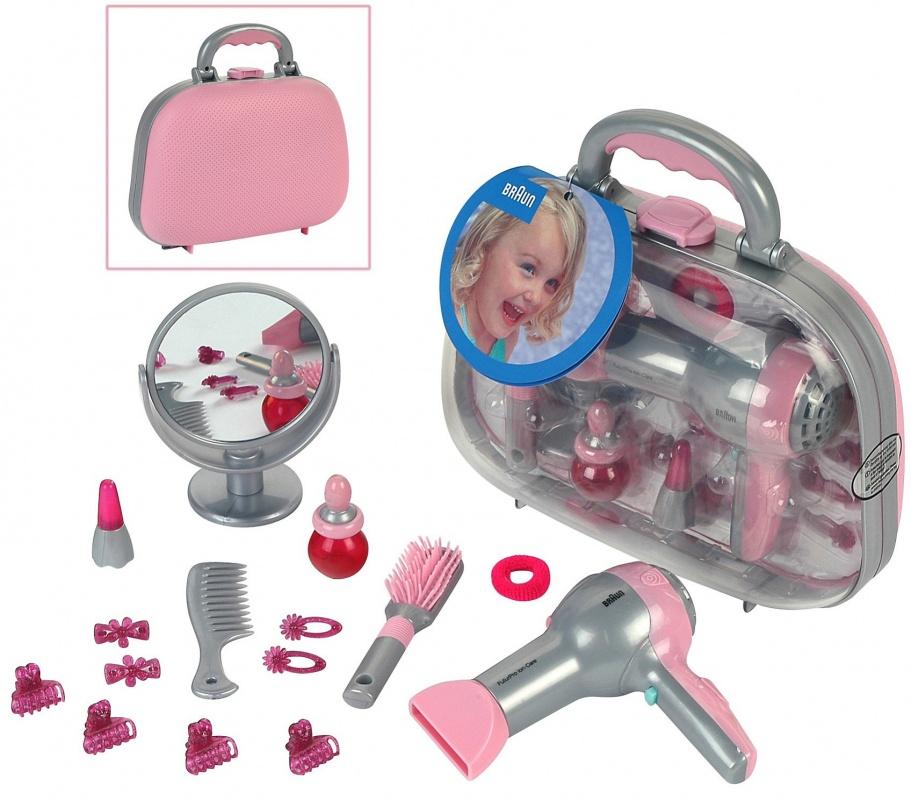 Набор парикмахера Klein BRAUNНабор парикмахера - все как у настоящего стилиста упакован в удобный фирменный чемоданчик BRAUN (розовый с серебром).В наборе:- зеркальце на ножке- щетка для волос- расческа- заколки для волос двух видов- флакончик- фен (работает от батареек).Для детей от 3-х лет.<br>