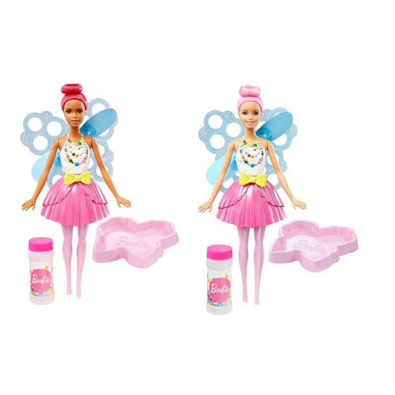 Кукла Барби Фея с волшебными пузырькамиОчаровательная кукла-фея из серии Barbie Dreamtopia от производителя Mattel умеет пускать из крыльев самые настоящие волшебные пузыри. Для этого необходимо налить входящий в комплект магический мыльный раствор в специальную ванночку, имеющую форму бабочки, и окунуть туда крылья феи Барби. Осталось лишь потянуть за поясок, украшающий наряд красавицы Bubbletastic Fairy, и начать любоваться огромными прозрачными пузырьками, которые появятся благодаря специальному маленькому пропеллеру, находящемуся за спиной игрушки.Кукла Фея с волшебными пузырьками из серии Барби Дримтопия станет лучшей подругой для девочки, с ней ребенок сможет отправиться в удивительный волшебный мир Сладкого королевства.<br>