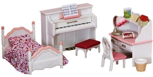 Набор Sylvanian Families. Детская комната, бело-розоваяДетская комната Sylvanian Families 2953 — это великолепный набор мебели для уголка, в котором обитают зверюшки-малыши.Здесь есть детская кроватка бело-розового цвета с постельным бельем в цветочек, такого же цвета письменный стол с отсеком для книжек и тремя выдвигающимися ящиками и фортепиано со скамеечкой для занятий музыкой.Также в наборе аксессуары, которые придадут комнате уют: корзина для бумаг, ночник, книжки и т.д.В комплекте:фортепиано (9?7,5?2,5 см)кровать (9,5?6?4,5 см)стол (7?7?4 см)стулкорзинастоликночник2 книгифигурка-домикнаклейки (календарь на стену, обложки для книг)<br>