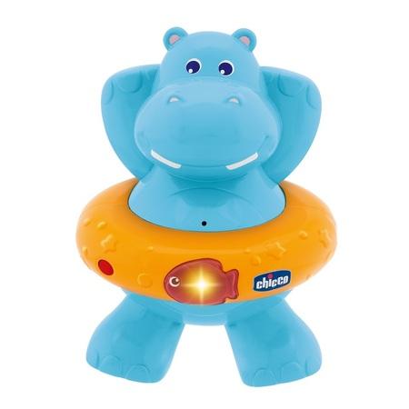 Игрушка для ванны пластиковая Счастливый бегемотикЭлектронная нетонущая игрушка для купания! Нажмите на рыбку на спасательном круге, и вы услышите мелодии и увидите световые эффекты. С датчиком движения. Батарейки: 2 AAА (включены в комплект) Размер упаковки: 21,1 х 15 х 10,5 см<br>