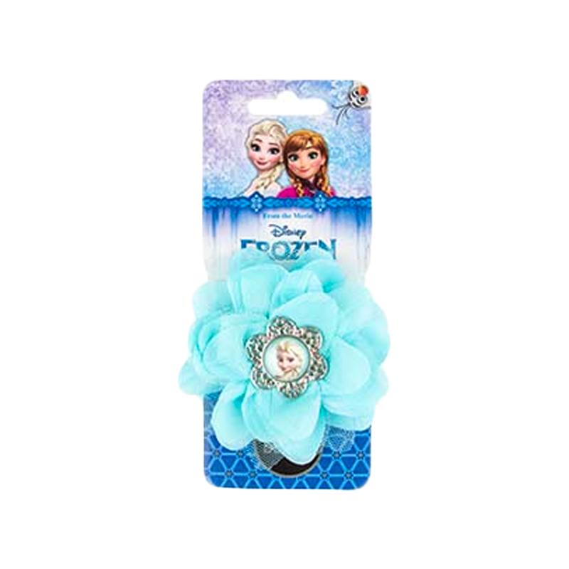 Daisy Design  Заколка для волос Frozen Холодный цветокАксессуар для волос Холодный цветок – это отличный подарок для маленькой принцессы. Заколка выполнена в виде резинки для волос с голубым цветком в холодном стиле мультипликационного фильма Frozen. В центре цветка красуется элемент с изображением Эльзы. Заколку можно использовать для создания таких же причесок, как у главных героинь мультфильма – Эльзы и Анны. Она станет прекрасным дополнением для образа маленькой принцессы.<br>