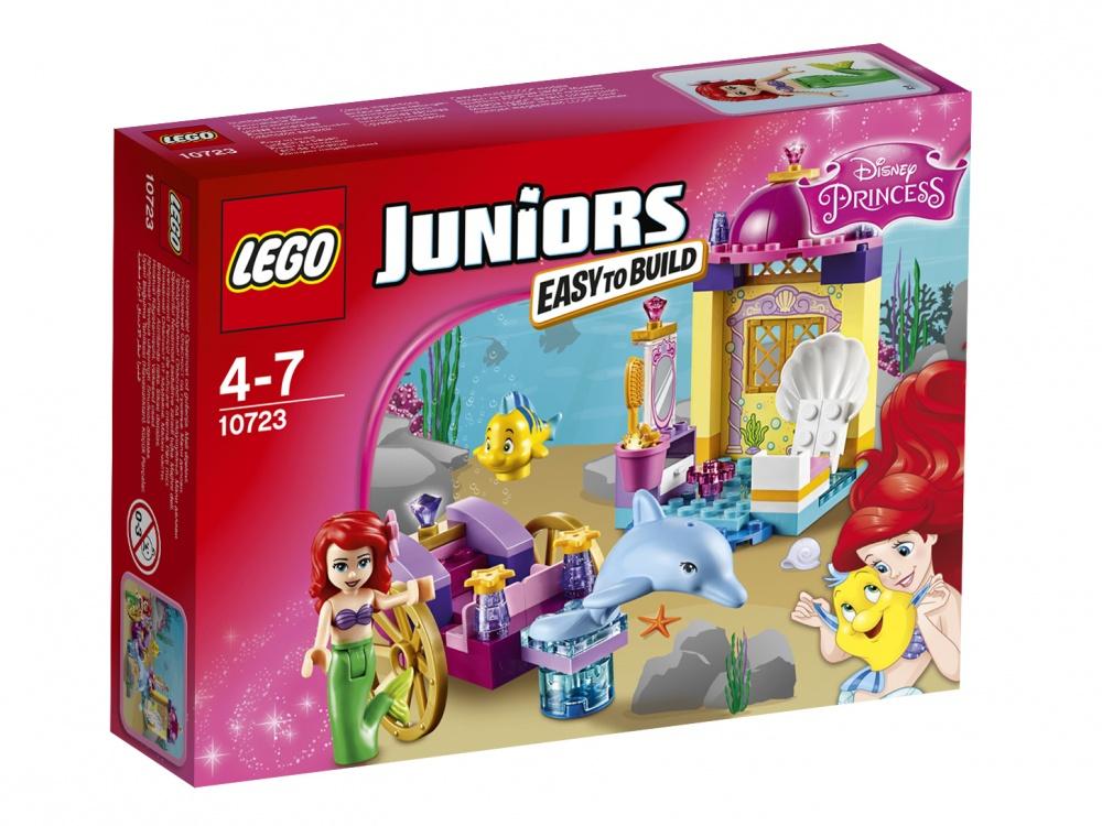 Конструктор Lego Juniors Карета АриэльРоскошная красавица Ариэль из подводного мира очень любит путешествовать. Но как преодолеть сотни километров по морскому дну, покрытому камнями и водорослями? Специально для юной принцессы дизайнеры придумали чудесную карету. Комфортное сидение, интересные украшения, крепкие колеса — с таким транспортом путешествие будет быстрым и легким, без неприятных происшествий. А привести карету в движение поможет забавный дельфин, не знающий усталости. Наверняка, ваша дочь давно мечтает о таком подарке!Собрать сказочный транспорт юная любительница конструирования сможет из 70-ти деталей, одновременно построив большой дворец с зеркалами и маленькими рыбками в качестве украшений. Заниматься сборкой можно с родителями или в компании верных подружек, умеющих хранить секреты. А затем девочек ждет новая интересная игра с приключениями!<br>