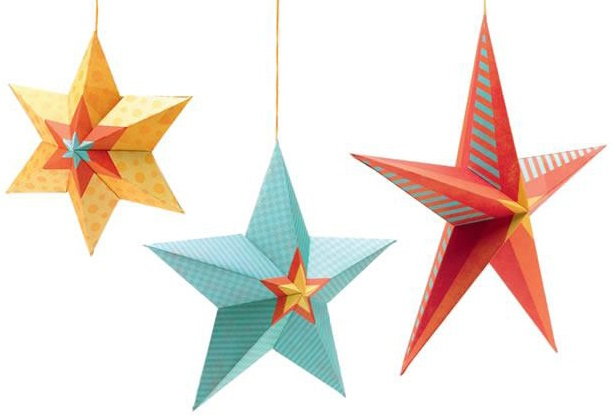 Подвеска Djeco Ночные звездыПодвеска Ночные звезды станет хорошим украшением детской комнаты и вызовет большой интерес у ребенка. В наборе 3 звезды разного размера и цвета, которые легко собираются в объемные фигуры из картона. Их можно подвесить над детской кроваткой или на люстру. Благодаря тому, что звезды легкие, они будут раскачиваться от малейшего ветерка. Ребенку будет интересно наблюдать за игрой ночных звездочек. Малышам такое наблюдение полезно для зрительного развития и умения фокусировать взгляд на объекте. А ребята постарше смогут познакомиться с новой формой предметов и запомнить цвета.<br>