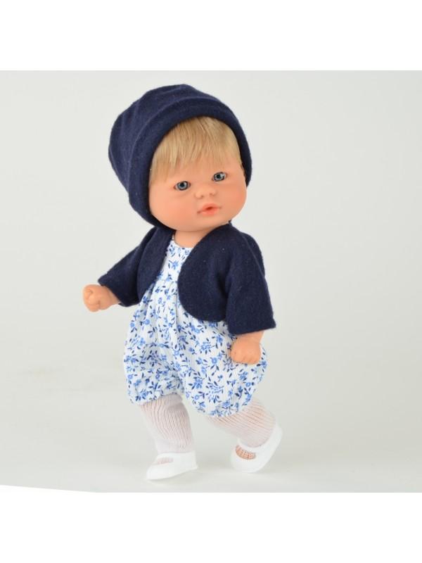 Кукла Asi Пупсик, 20 см.Очаровательный пупсик размером 20 см, выполнен из высококачественного винила, с короткими светлыми волосами, надежно прошитыми, в летнем комбинезоне в мелкий синенький цветочек, темно-синей кофточке и такой же шапочке, белых колготках и туфельках - станет отличным подарком вашему ребенку.<br>