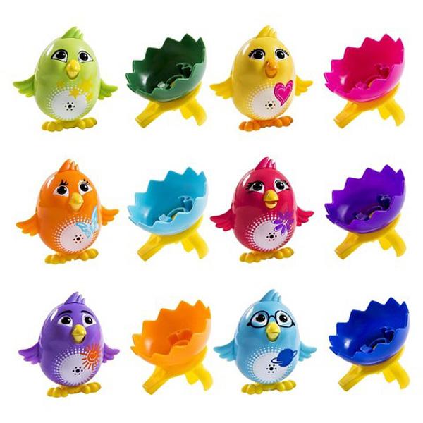 Поющий цыпленок с кольцом Digi ChicksЯркий забавный цыпленок может петь до 30 разных мелодий. Если подуть на игрушку, то цыпленок начнет воспроизводить звуки. Сзади расположен специальный переключатель, с помощью которого можно перевести цыпленка из режима соло в режим хор. Во время пения, чириканья цыпленок танцует, открывает клюв и машет крыльями. Ребенок сможет собрать коллекцию из милых поющих зверюшек: Digi Chickee может петь совместно с Digi Bird, Digi Penguin и другими игрушками Digi Friends. В комплекте с цыпленком идет кольцо-свисток и половинка яичной скорлупы.Внимание! Товар представлен в ассортименте. Цена указана за 1 цыпленка с кольцом. Желаемый цвет цыпленка (красный / оранжевый / желтый / фиолетовый / зеленый / голубой) указывайте в комментарии к заказу.от 3 летДля мальчиков и девочекКомплектация: цыпленок, кольцо, скорлупа.Наличие батареек:  входят в комплект.Тип батареек: 3 х AG13 / LR44 (миниатюрные).Размер упаковки: 6.4 x 15.2 x 10.2 см.Размер игрушки: 5.3 х 6.8 х 6.5 см.Цвет: красный / оранжевый / желтый / фиолетовый / зеленый / голубой.<br>