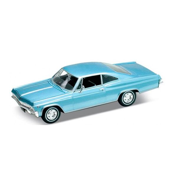Модель винтажной машины Chevrolet Impala 1965, 1:24Модель Welly - это точная копия автомобиля Chevrolet Impala 1965, выполненного в масштабе 1:24. Это полноразмерный автомобиль, который до 1965 года включительно был сам самым дорогим марки Шевроле. Chevrolet Impala на данный момент по праву считается культовой моделью, ценится и неизменно пользуется спросом во всем мире. Игрушка функциональна: вращаются колеса, открываются двери и капот. Тщательно детализирована: проработан интерьер салона и содержимое капота.Машинки всемирно известного бренда Welly известны подробной детализацией и отменным качеством исполнения. Используемые материалы прочные и долговечные, поэтому игрушка прослужит вам очень долго. Также стоит отметить, что модели Велли могут стать не только интересной, качественной игрушкой для детей, но и ценным экземпляром в автомобильной коллекции взрослых.Обратите внимание, модель представлена в цветовом ассортименте, при оформлении заказа на сайте выбранный вариант в поставке не гарантирован.<br>