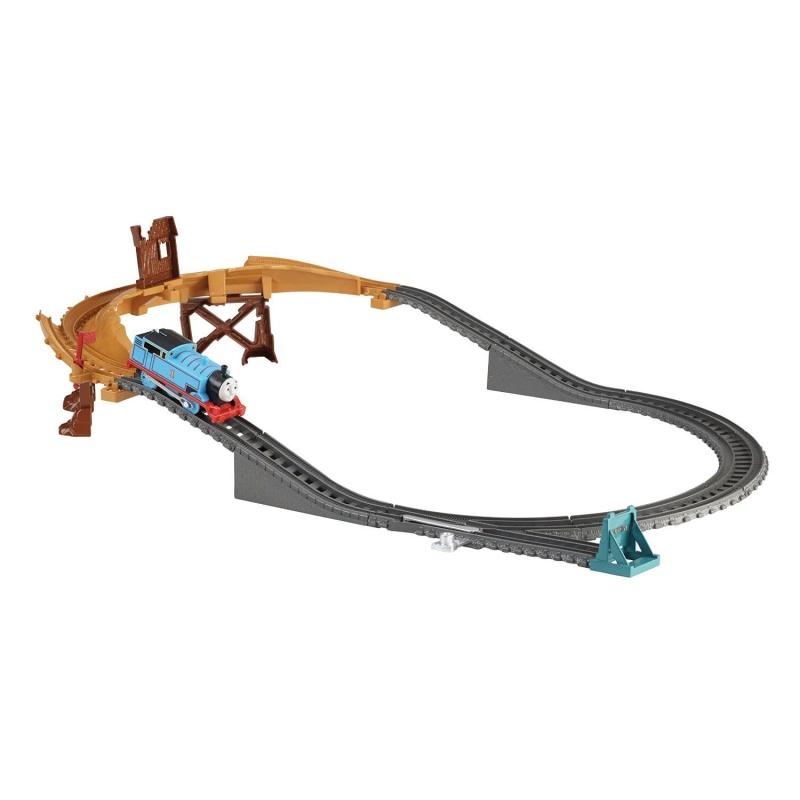 Игровой набор Томас и его друзья - Переправа через сломанный мостПосмотрите: мост сломан! Томас должен адаптироваться к поврежденному участку пути, чтобы завершить свое путешествие. Сможет ли он балансировать на одной стороне колес, чтобы не упасть? Игровой набор «Переправа через сломанный мост» - это интересное приключение, игра с конструктором и железная дорога в одной коробке. Паровозик Томас оснащен моторчиком, поэтому может ехать сам. Игрушку можно совместить с любыми наборами TrackMaster и расширить игровой мир Томаса и его друзей.Возраст: от 3 летГерой: Томас и его друзьяДля мальчиков и девочекНаличие батареек: не входят в комплект.Тип батареек: 2 x AAA / LR03 1.5V (мизинчиковые).Материалы: пластик.Размер упаковки: 35.5 х 26.5 х 7.5 см.Размер паровозика: 12 х 4 х 5 см.Комплектация: железнодорожное полотно, сломанный мост с одной рельсой, стрелка и тупик, паровозик Томас, переходник для соединения старых рельс Trackmaster с новыми.<br>