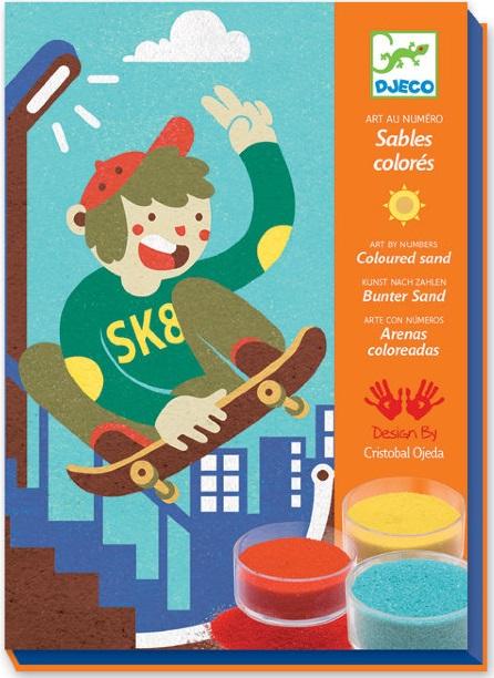 Набор цветного песка DJECO СкейтбордНабор для творчества с цветным песком Скейтборд от французского производителя Djeco – увлекательная игра для мальчиков и девочек любого возраста. Создавайте собственные картины с помощью баночек с ярким песком, украшайте детскую комнату или собирайте их в альбом. Смысл занятия с набором состоит в том, чтобы насыпать цветной песок на липкие части картинок, предварительно сняв с них защитный слой.<br>