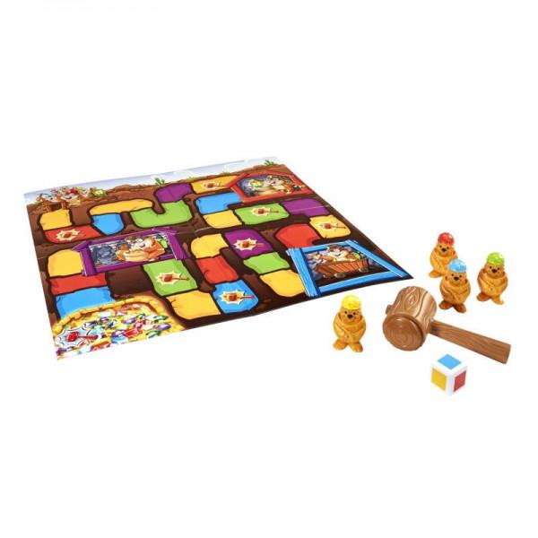 Настольная игра Mattel Гонка за сокровищамиВеселая игра, главная задача в которой помочь кротам отыскать клад.Особенности игры:Рассчитана на детей от 3 лет.Количество игроков от 2 до 4 человек.Участники берут себе по кроту и ставят их на старт, затем по очереди кидают кубик и ставят своего крота на клетку того цвета, на который указал кубик.Если игрок попал на клетку с рисунком молотка, он имеет право ударить другого крота. «Обиженный» крот возвращается либо в начало пути, либо в безопасную пещеру поблизости.Цель игры — первым добраться до пещеры, где спрятаны сокровища.<br>