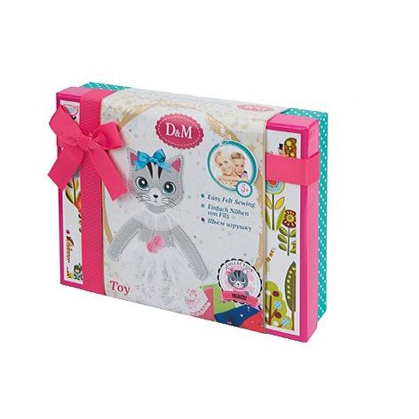Набор для творчества в подарочной упаковкеНабор для творчества Кошка Алиса от компании Docha&amp;Mama станет превосходным атрибутом для интереснейшего и увлекательнейшего творческого досуга. Из фетровых деталей, аксессуаров и разнообразных декоративных элементов юные рукодельницы смогут самостоятельно сшить замечательную игрушку. Данный вид творчества благотворно повлияет на развитие аккуратности, усидчивости и подарит девочкам массу позитивных впечатлений.<br>