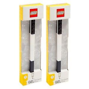 Гелевая ручка Lego (цвет чёрный)Черные Гелиевые ручки от LEGO - лучший сюрприз для ребенка в преддверие первого сентября. Особенно понравится такой подарок поклонникам легендарного конструктора «Лего». Ручки выполнены в сдержанном стиле и имеют известный логотип. Ручки с качественным гелиевым стержнем могут крепиться к брендированной линейке или ежедневнику.В наборе канцелярских принадлежностей две ручки, имеющие оригинальную форму. Дизайн изделий включает черные кирпичики конструктора. Соберите коллекцию школьных предметов от «Лего» (тетради, ластики, карандаши и т.д.) Так сборы в школу станут для ребенка не только необходимым, но и приятным занятием.Ручки и другие принадлежности можно купить в магазинах Hamleys в Москве, Санкт-Петербурге и Московской области, или же заказать на сайте с доставкой. В случае курьерской доставки способ оплаты будет зависеть от вашего местоположения.<br>