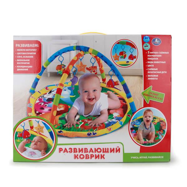 Детский игровой коврик с мягкими игрушками на подвескеДетский игровой коврик с мягкими игрушка на подвеске станет отличным помощьником для родителей. Коврик размером 83х83 с безопасными съемными дугами. Имеет 5 мягких съемных погремушек-пищалок и звуковые эффекты. Весь коврик в животных и птицах, что поможет ребенку их различать. Малышу понравиться играть на коврики. Он разовьет мелкую моторику, цветовосприятие, слух, осизание, визуальное восприятие, координацию движений. Сделан из прочного, высококачественного, безопасного материала (текстиль, приятный на ощупь, пластик).<br>